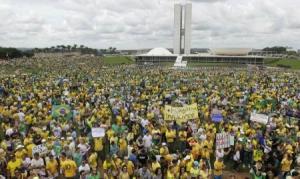 Manifestações populares contra a presidente Dilma Rousseff em frente ao Congresso Nacional, em Brasília, no domingo. 15/03/2015 REUTERS/Joedson Alves