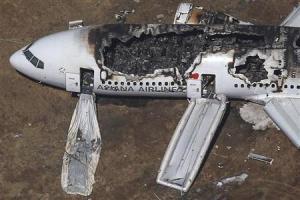 Vista aérea do Boeing 777 da Asiana Airlines no aeroporto internacional de San Francisco, na Califórnia. Autoridades norte-americanas examinaram gravadores de informações de vôo e começaram a investigar a queda do Boeing 777 da Asiana Airlines, que pegou fogo após a aterrissar em San Francisco, matando duas estudantes chineses adolescentes e ferindo mais de 180 pessoas, disseram autoridades no domingo. 06/07/2013 REUTERS/Jed Jacobsohn