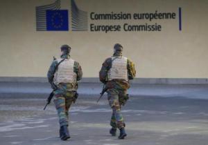 Soldados belgas patrulhando arredores da sede da Comissão Europeia, em Bruxelas